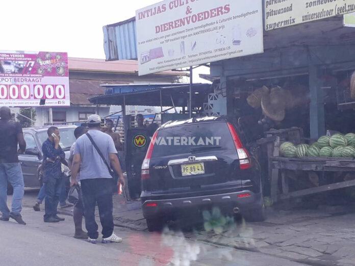 Auto rijdt tegen zaak in Kankantriestraat aan