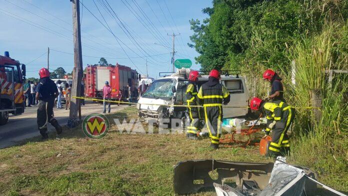 Brandweer bevrijdt inzittende na zwaar ongeval Indira Gandiweg