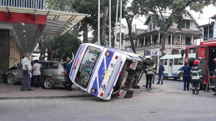 VIDEO: Bus slaat om na botsing met personenauto