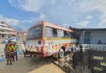Bus knalt tegen woning aan na inhaalmanoeuvre chauffeur