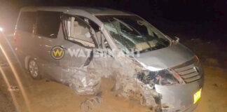 Brandweer bevrijdt man uit auto na frontale aanrijding in Suriname