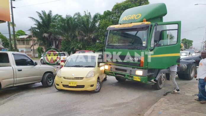 Personenauto weigert voorrang te verlenen aan truck