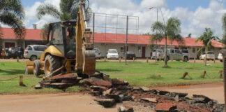 Drempels Julianaweg in Moengo worden verwijdert i.v.m. defilé Srefidensi