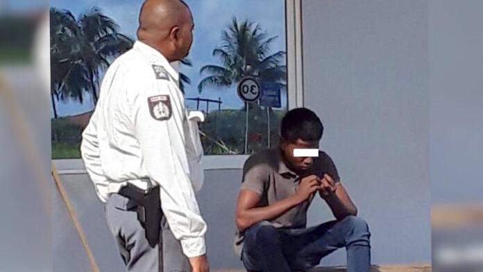 Verwarde jongeman midden op Bosje brug op tijd verwijderd door automobilist