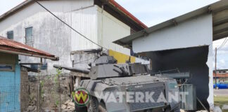 Surinaams legervoertuig knalt tegen gebouw aan