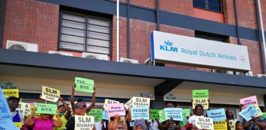 VIDEO: Ruim tweehonderd demonstreren tegen 'oneerlijke concurrentie' KLM en TUI fly