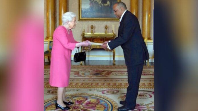 Surinaamse ambassadeur Nelson biedt geloofsbrieven aan Engelse koningin Elizabeth