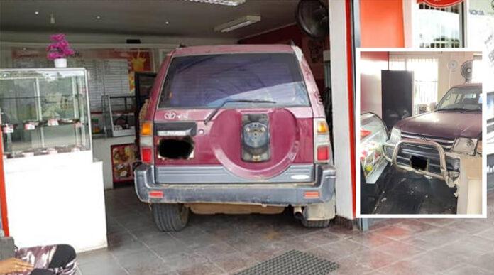 Vrouw in terreinwagen rijdt Jennely's Foodhouse binnen