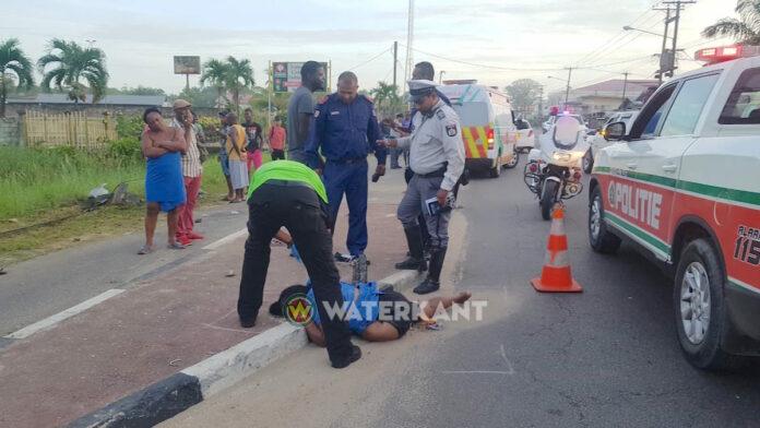 Voetganger doodgereden, dader rijdt door na ongeluk