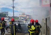 Brandweer Suriname in actie nadat motor van auto in brand vliegt