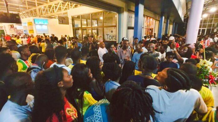 Drukte op Zanderij voor verwelkomen 'Bigi Boy' Rozenstruik