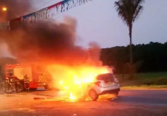 VIDEO: Kleine personenwagen geheel afgebrand in Suriname