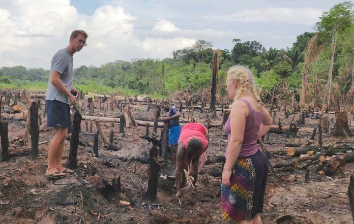 Nederlandse TU Delft studenten leren boeren in dorpen Suriname ondernemen