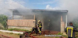 Oude vrouw op tijd verwijdert uit brandend woonhuis