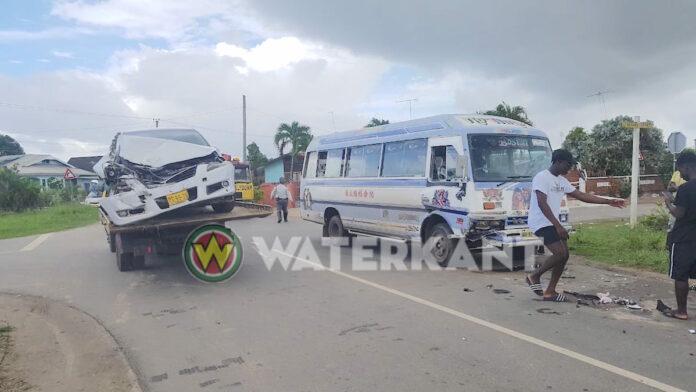 Passagiers gewond bij frontale aanrijding tussen lijnbus en auto