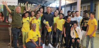 Zwemmer en wereldrecordhouder Kenzo Simons in Suriname