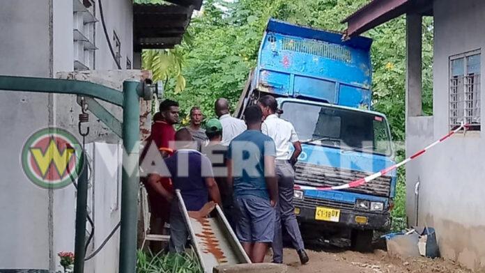 Man overleden nadat pick-up laadbak plotseling op hem viel