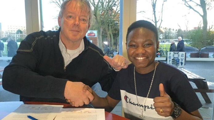 Eerste voetbalster uit Suriname die contract tekent bij Eredivisieclub in Nederland