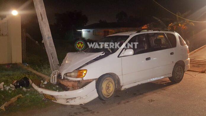 Automobilist knalt tegen EBS paal en verlaat voertuig