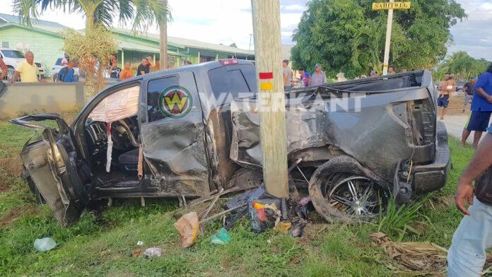 Twee zwaargewonden nadat pick-up tegen mast knalt