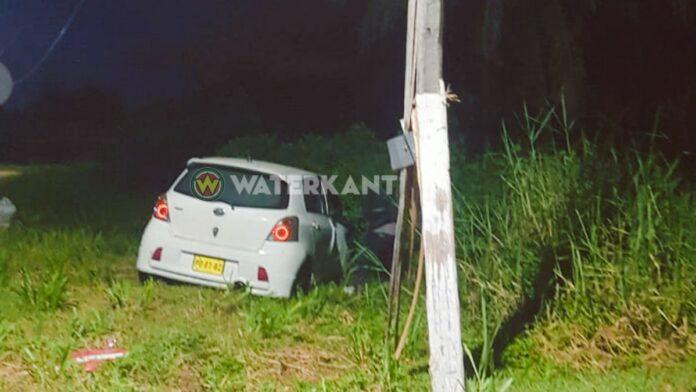 Autobestuurder beschrijft bocht met snelheid en rijdt elektriciteitsmast kapot