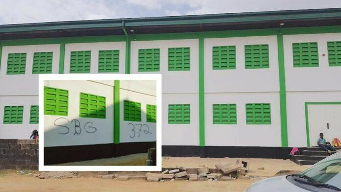 Bekladdingen op muren gymzaal Ritfeldschool overgeschilderd