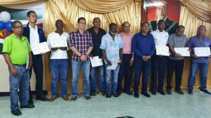 LVV sluit basistraining imkerij in Para af middels certificaatuitreiking