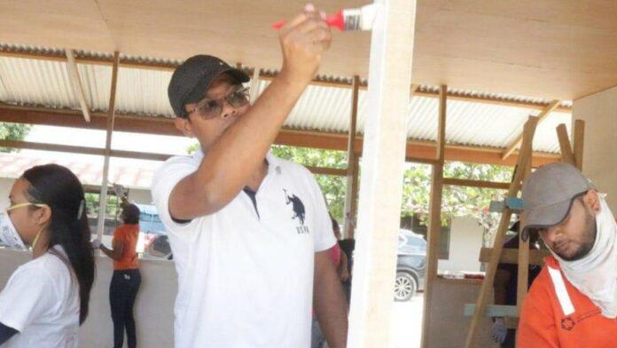 Minister Chotkan helpt bij renovatie St. Benedictusschool