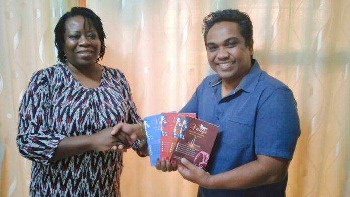 Schrijfster Joan Watkin overhandigt werkboek aan minister Noersalim