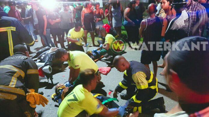 Scooter knalt tegen auto in Paramaribo-Noord, twee gewonden