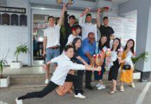 VIDEO: Hangzhou Art Troupe op bezoek bij districtscommissaris Nerkust