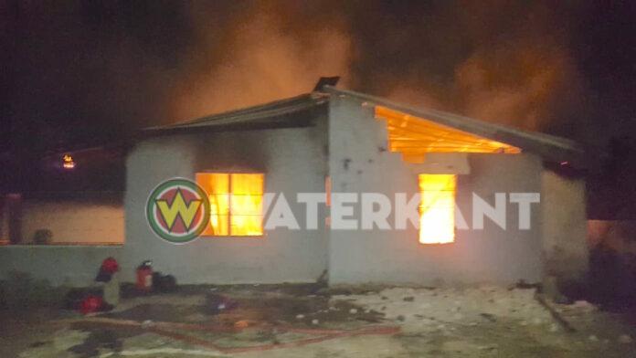Man steekt woning in brand na ruzie met vrouw, meer dan 20 mensen dakloos