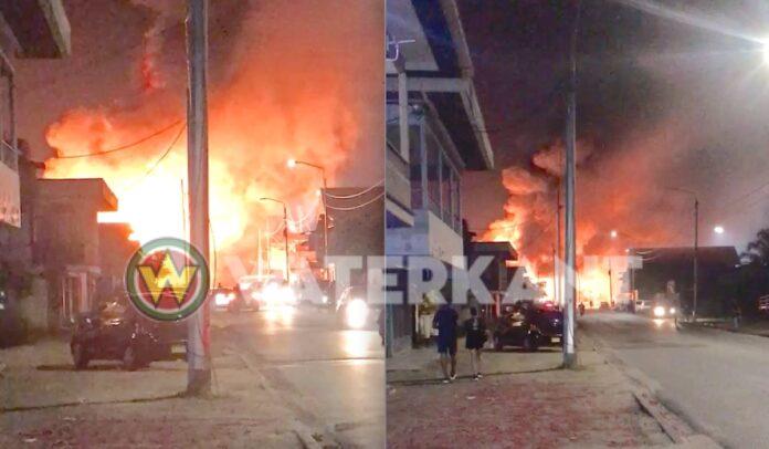 VIDEO: Grote brand aan het Molenpad in Suriname