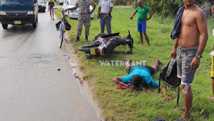 Jongeman op bromfiets zwaargewond na aanrijding met auto