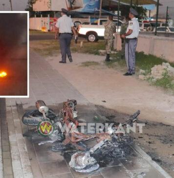 Bromfiets in Suriname vliegt spontaan in brand tijdens het rijden