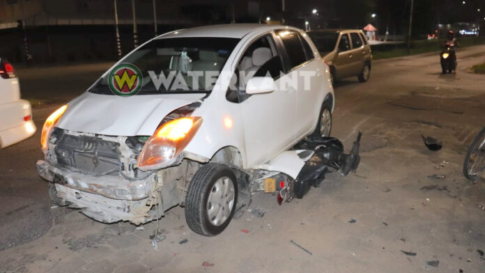 Bromfiets komt onder auto terecht bij aanrijding in Suriname