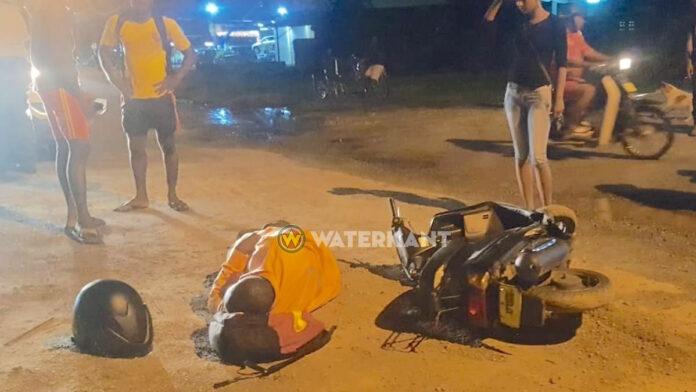 Twee bromfietsers gewond bij frontale botsing op rijwielpad