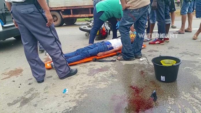 Bromfietser en bijrijder gewond bij aanrijding Oost-Westverbinding Suriname