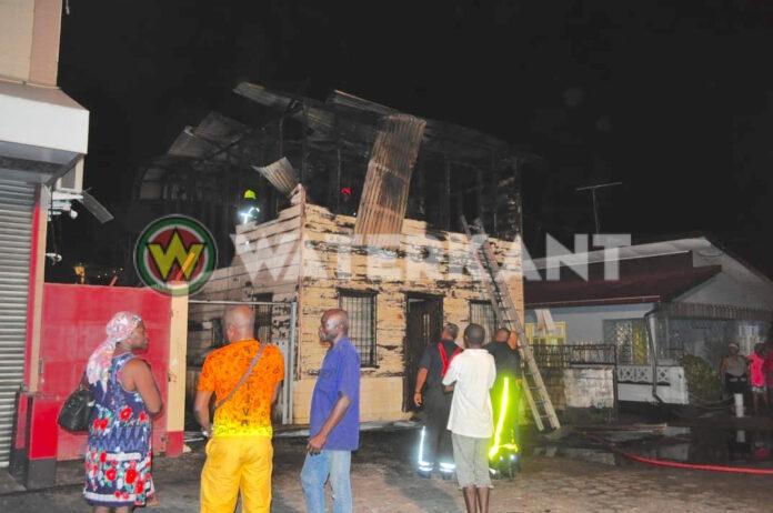 VIDEO: Houten woning in Paramaribo in brand