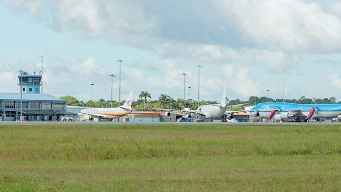 Man die gezocht werd wegens mishandeling bij vertrek op luchthaven Suriname aangehouden