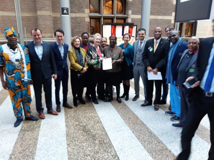 Petitie over bestrijding AOW-gat van Surinamers aangeboden