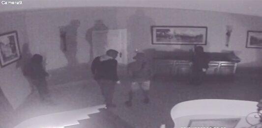 VIDEO: Huisbewoner schiet op gewapende inbrekers