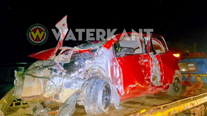 Automobilist ramt twee palen en stapt ongedeerd uit zwaar beschadigde auto