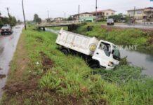 Vrachtauto belandt in trens langs de weg