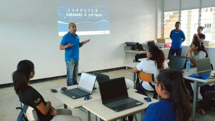 ICT-trainingen voor jongeren in Saramacca gestart
