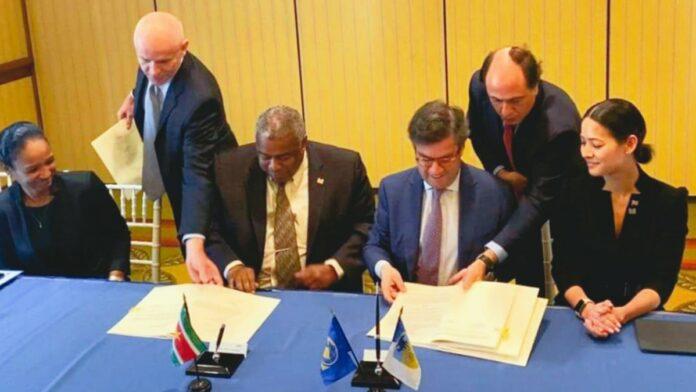 Minister Hoefdraad tekent leenovereenkomsten met IDB in Barbados