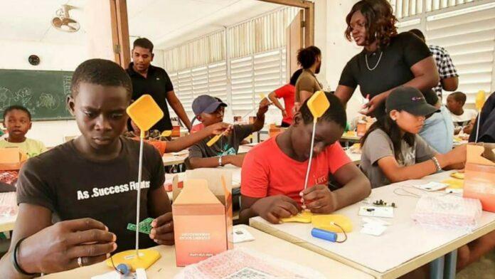 Sport- en Jeugdzaken voert Solar Lamps project uit in Albina