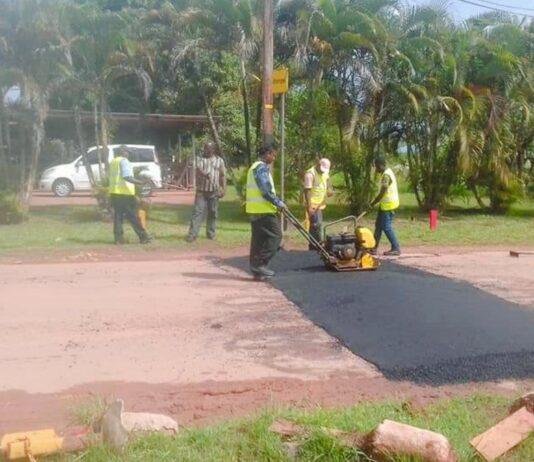 Verwijderde drempels Julianaweg in Moengo weer geplaatst