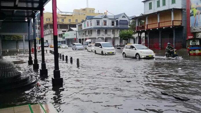 Straten in Paramaribo blank door hevige regenval