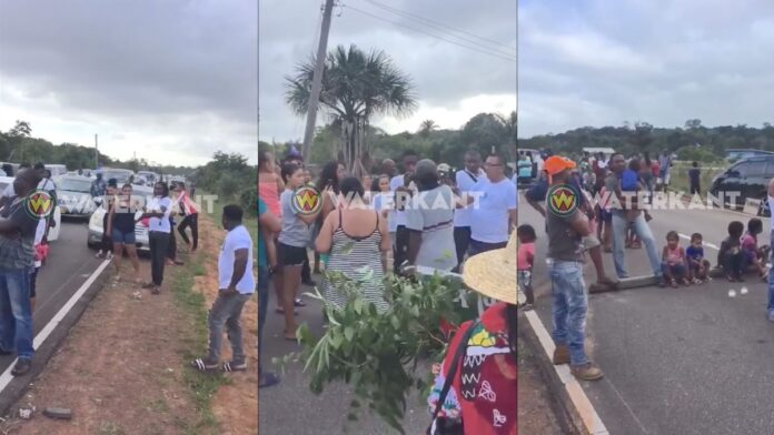 VIDEO: Boze dorpsbewoners barricaderen weg na dodelijk ongeval